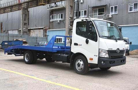 Эвакуатор HINO 300 XZU720L до 8т ломаная платформа